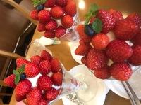 「フルーツむらはた」の苺パフェ